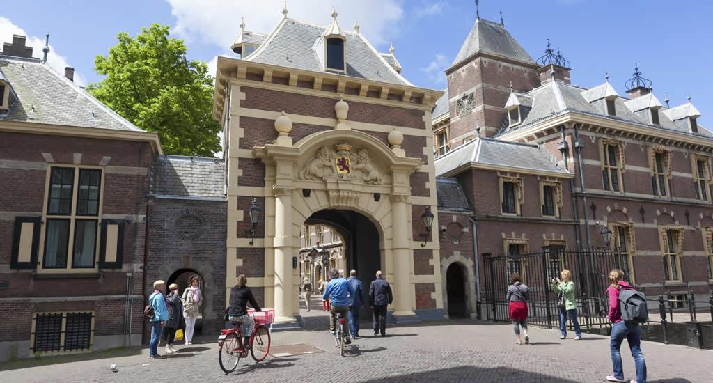 Rondleiding in het Binnenhof, foto met dan aan Den Haag Marketing/Jurjen Drenth | Mooistestedentrips.nl