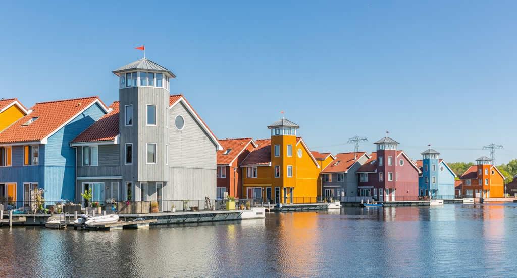 Bezienswaardigheden Groningen: gekleurde huisjes in Reitdiep | Mooistestedentrips.nl