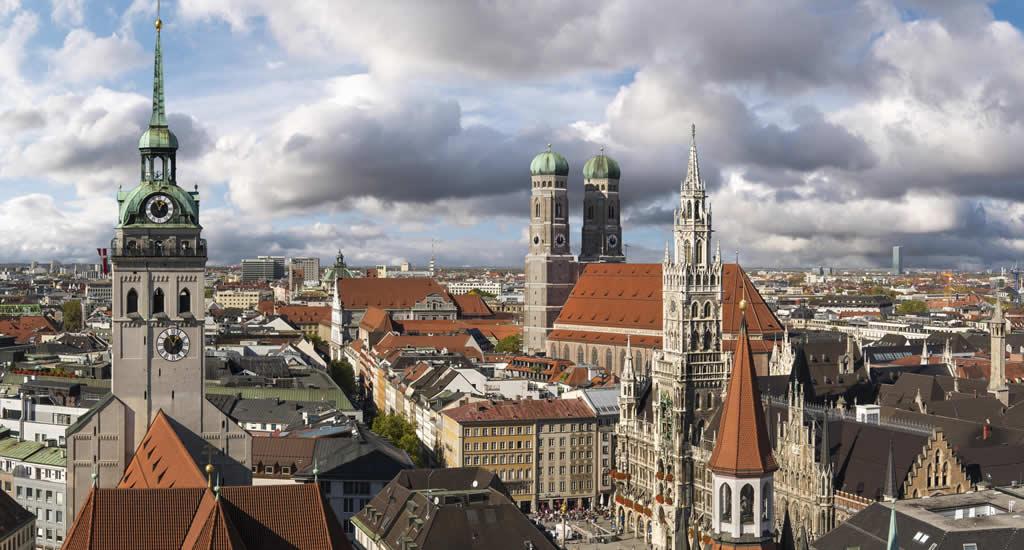 Bezienswaardigheden München, Peterskirche (links), foto door Jörg Lutz | Mooistestedentrips.nl