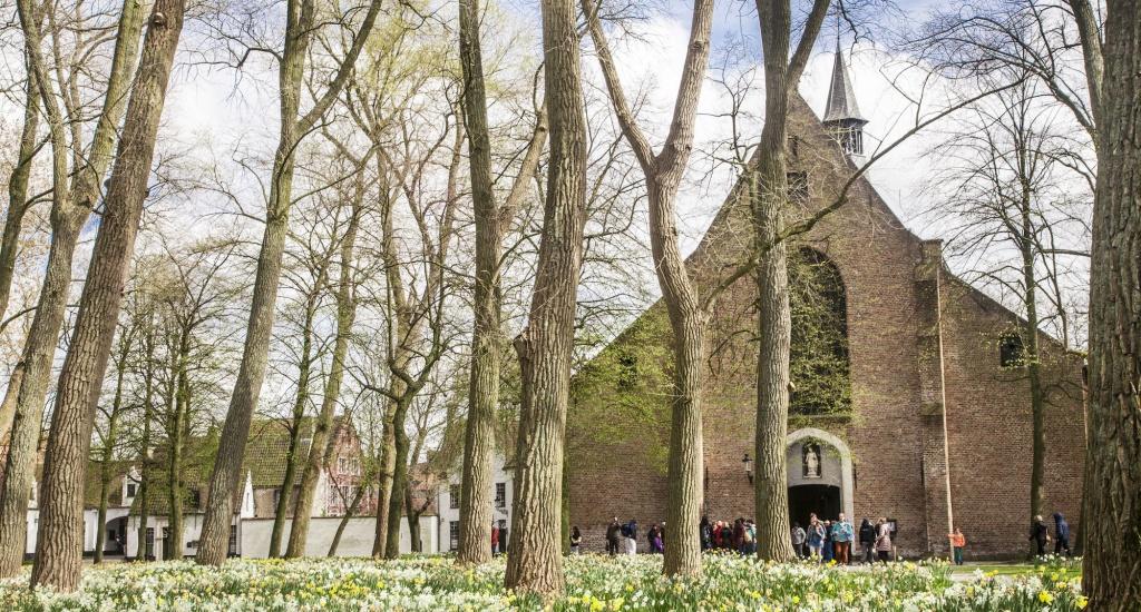 Zomer in Brugge: bezoek het Begijnhof (foto met dank aan Jan D'Hondt) | Mooistestedentrips.nl